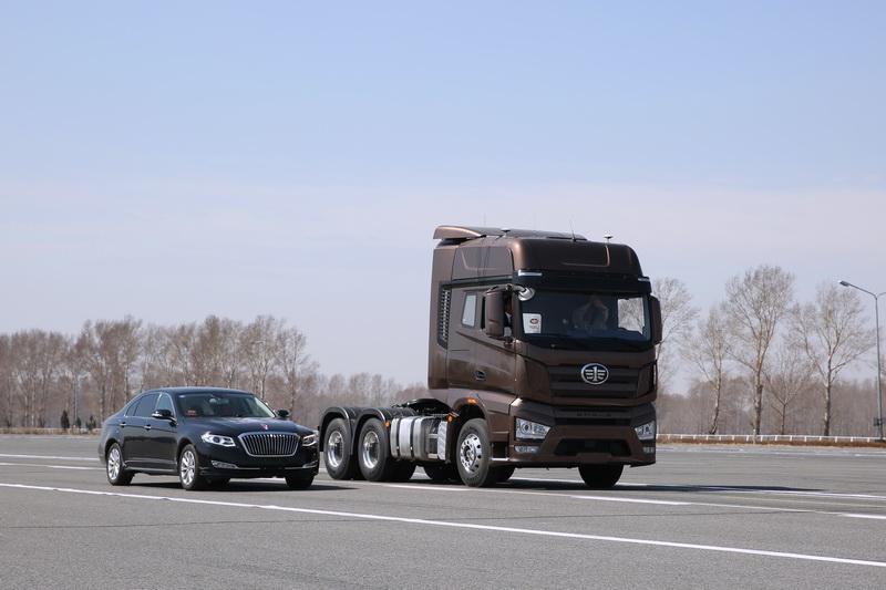 解放J7无人驾驶卡车正在进行超车演示